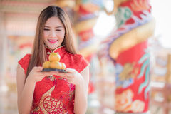 La mujer china asiática en chino tradicional que celebra el PA anaranjado Imagen de archivo