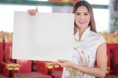 La mujer china asiática en chino tradicional lleva a cabo el espacio en blanco vacío Imagen de archivo libre de regalías