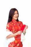 La mujer china sonriente con la demostración roja del bolsillo sorprende el expr de la cara Imagenes de archivo