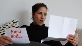 La mujer chocada recibe la letra final del aviso almacen de metraje de vídeo