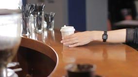 La mujer coge una taza de café para ir almacen de metraje de vídeo