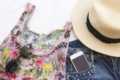 La mujer colorida de la moda para el verano se prepara se relaja fotos de archivo libres de regalías