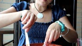 La mujer come con la bifurcación y el cuchillo almacen de video