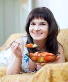 La mujer come la ensalada de los tomates fotos de archivo libres de regalías