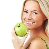 La mujer come la manzana verde Fotos de archivo
