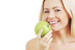 La mujer come la manzana verde Imágenes de archivo libres de regalías