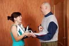 La mujer compra aparatos electrodomésticos Imagen de archivo libre de regalías
