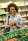 La mujer compra fruta y comida en supermercado Foto de archivo libre de regalías