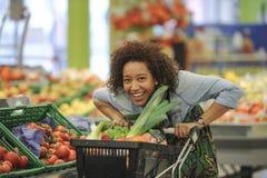 La mujer compra fruta y comida en supermercado Fotografía de archivo