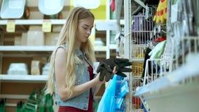 La mujer compra materia en ferretería almacen de video