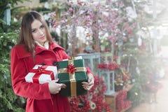 La mujer compra regalos de la Navidad Imagen de archivo