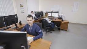 La mujer comprueba datos sobre monitor en oficina de ingeniería