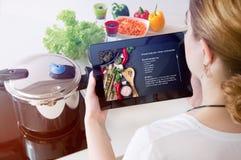 La mujer comprueba la receta Imagen de archivo libre de regalías