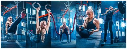 La mujer con batalla de la cuerda de la batalla ropes ejercicio en el gimnasio de la aptitud foto de archivo libre de regalías