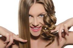 La mujer con corte de pelo mantiene el pelo manos Foto de archivo libre de regalías