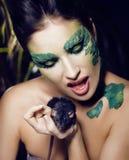 La mujer con creativo compone como serpiente y rata adentro Fotografía de archivo