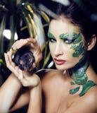 La mujer con creativo compone como serpiente y rata adentro Imagen de archivo libre de regalías