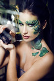 La mujer con creativo compone como serpiente y rata adentro Fotos de archivo