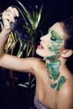 La mujer con creativo compone como serpiente y rata adentro Foto de archivo