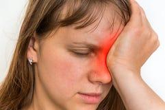 La mujer con dolor de ojos se está sosteniendo el ojo de dolor Imagen de archivo