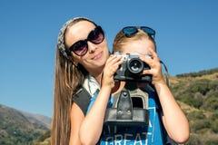 La mujer con el adolescente en paseo Imagenes de archivo