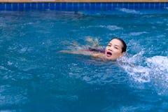 La mujer con el bikini rojo se relaja en la piscina en la playa Imagen de archivo