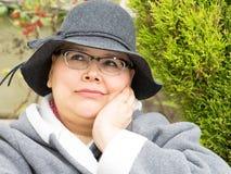 La mujer con el cáncer de pecho guarda la disposición optimista Imagen de archivo