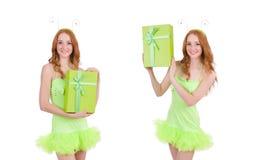 La mujer con el giftbox aislado en blanco foto de archivo
