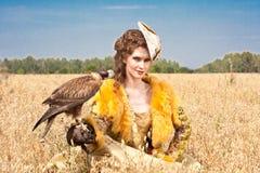 La mujer con el halcón tiene un resto Fotos de archivo libres de regalías
