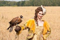La mujer con el halcón tiene un resto Foto de archivo libre de regalías