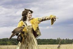 La mujer con el halcón tiene un resto Foto de archivo