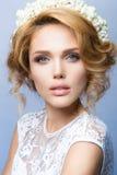 la mujer con el palillo Retrato del encanto del modelo hermoso de la mujer con maquillaje fresco y el peinado ondulado romántico foto de archivo