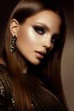 la mujer con el palillo Retrato del encanto del modelo hermoso de la mujer con maquillaje fresco y el peinado romántico imagenes de archivo