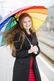 La mujer con el paraguas disfruta del tiempo Fotos de archivo