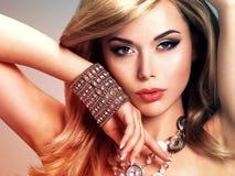 La mujer con el pelo largo consiste en el teñido colorize estilo Imagen de archivo