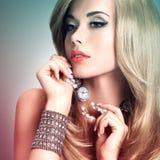 La mujer con el pelo largo consiste en el teñido colorize estilo imagen de archivo libre de regalías