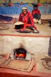 La mujer con el plano se apelmaza en Tayikistán Foto de archivo