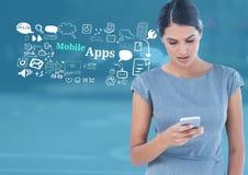 La mujer con el teléfono y el móvil Apps mandan un SMS con los gráficos de los dibujos Imágenes de archivo libres de regalías