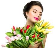 La mujer con el tulipán de la primavera florece el ramo Imagenes de archivo