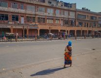 La mujer con ella detrás rechazó la calle Fotografía de archivo