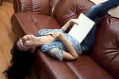 La mujer con estilo el estudiante Foto de archivo libre de regalías