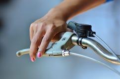 Mujeres y bici Fotografía de archivo libre de regalías