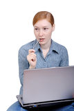 La mujer con la computadora portátil Imagen de archivo