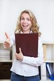 La mujer con la explotación agrícola del CV manosea con los dedos para arriba Imágenes de archivo libres de regalías