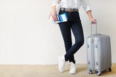 La mujer con la maleta va en un viaje Seguro del viaje Fotografía de archivo libre de regalías
