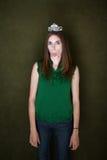 La mujer con la tiara se pega hacia fuera la lengüeta Imagenes de archivo