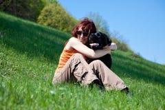 La mujer con Labrador negro Imagenes de archivo