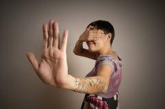La mujer con las manos cierra ojos Foto de archivo