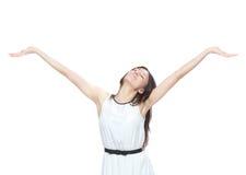 La mujer con los brazos abre la libertad y happines de la sensación Imagen de archivo libre de regalías