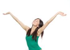 La mujer con los brazos abre la libertad y happines de la sensación Foto de archivo libre de regalías
